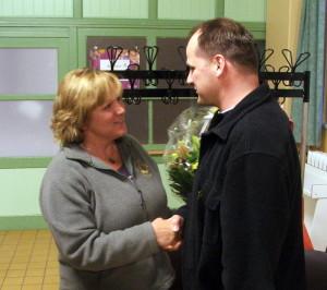 Heiko gratuliert Monika zur Wahl in den Vorstand des TSV