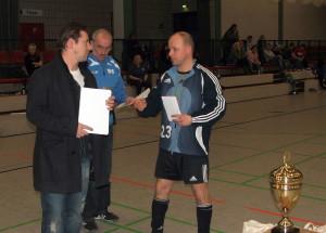 Carsten (links)überreichte den Siegerpokal