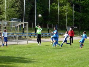 Pia gleich beim Kopfball, rechts Niklas (2 Tore)