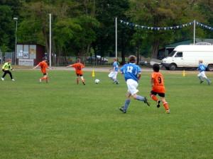 Walter schießt zum 2:0 ein, rechts Norman, vorn Daniel (12)