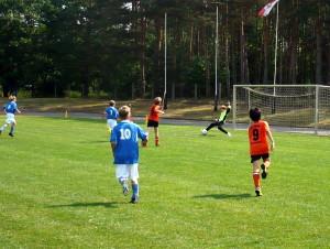 Jakob (7) verwandelt gleich den Nachschuss zum 5:0, vorn Walter (10), links Jean Pascal (8)