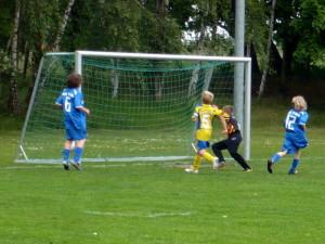 Til (12) erzielte gerade das 1:3, der Ball ist zwischen den Beinen von Vorlagengeber Hannes (6)