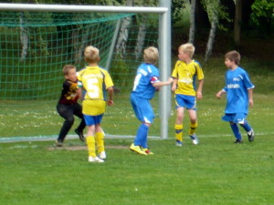 Yannick (Kapitänsbinde) erzielt das 1:5, der Ball ist am Kopf vom Torwart, rechts Sascha