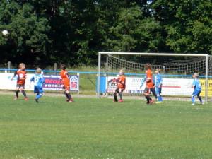 Yannick (rechts) gleich mit der Kopfballchance, links Til (12), mittig Max