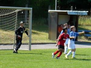 Luca (hinterm Verteidiger) köpft gleich zum 4:0 ein, rechts Niklas