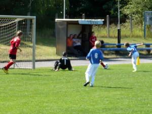 Niklas beim Torschuss, vorn Norman (6)