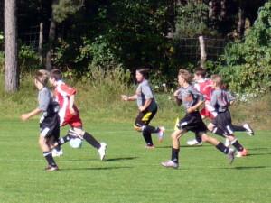 Laufstark Richtung Tor v.li. Jean Pascal, Axel (mit Ball), Jakob und Jonas