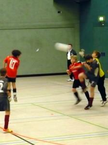 Moritz (10) beim Kopfball, rechts Yannick im Spiel gegen Lok BRB