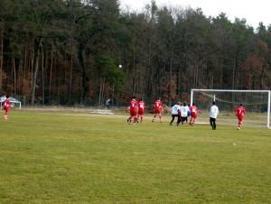 Jerome (ganz links) tritt den Eckball, der Ball landet gleich im langen Eck im Tor, Jannis(15), Max (9), Julian (7) können gleich jubeln
