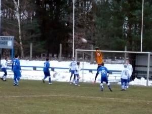 Beim Eckball v.li. Axel (8), Jerremy (3) und Jean Pascal (10)