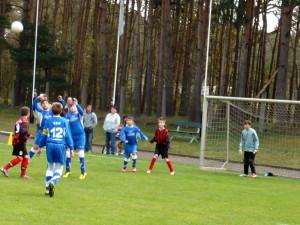 Ramzi und Lorenz springen zum Ball, vorn Daniel (12), re. Max und Torwart Kevin