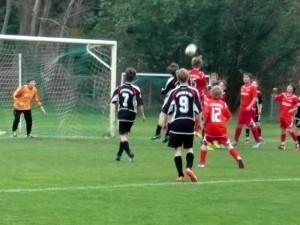 Jannis (15) beim Kopfball - Moritz, Johannes und Til (12) schauen gespannt (v.re.)