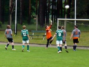 Torwart Kevin in Aktion, v.li. Paul (9), Daniel und Axel (5)