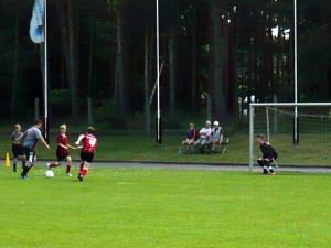 Axel schießt gleich zum 3:0 ein, links Tim