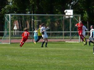 Luca köpft gleich zum 2:0 ein, li. Yannick (14)