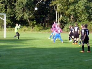 Lukas (hinten verd.) schießt gleich den Abpraller zum 1:0 ein, Luca (7) und Tom (5) auch nah dran