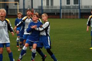 Den Ball immer im Blick - Tom zwischen 3 Gegnern