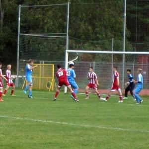 Wieder am Tor vorbei: Kopfball von Luca (13), v.li. Ramzi, Jannes und Yannick