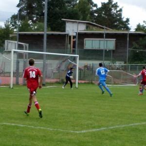 Ramzi trifft den springenden Ball nicht voll, v.li. Eric (11) und Luca (13).