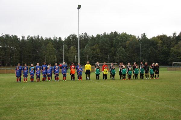Die F-Junioren durften stolz mit den Frauenmannschaften auflaufen.