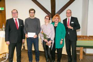 Micha Kaiser und Niki Stöckmann nahmen den Umschlag der MBS entgegen